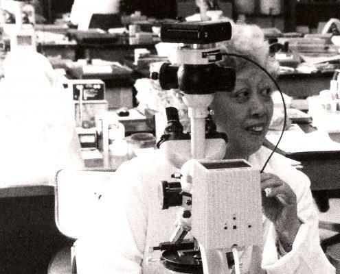 Dr. Irene Uchida travaillant dans un laboratoire